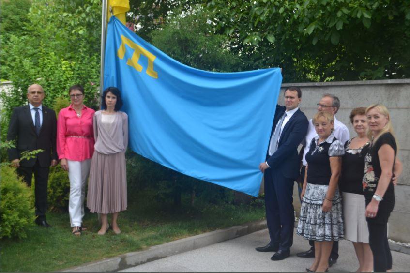 В День кримськотатарського прапора посольства України провели флешмоб, фото та відео
