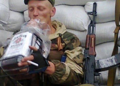 Пьяный боевик «ДНР» устроил променад-шоу у позиций ВСУ, обнародовано видео