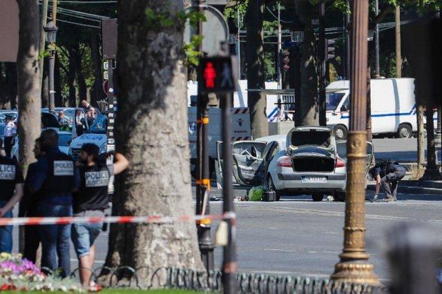На Єлисейських Полях невідомий протаранив поліцейський фургон