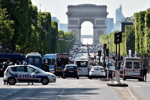 Уцентрі Парижа невідомий протаранив поліцейський автобус