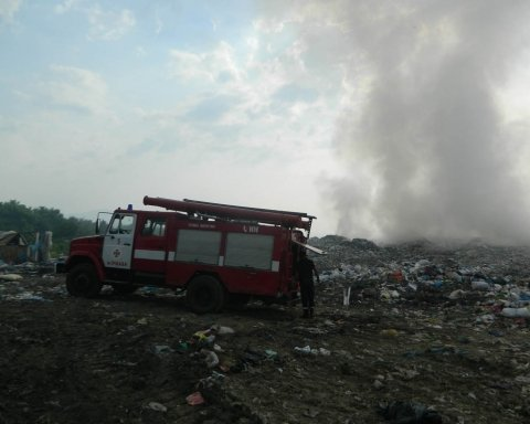 В Закарпатской области вспыхнула свалка, обнародованы фото
