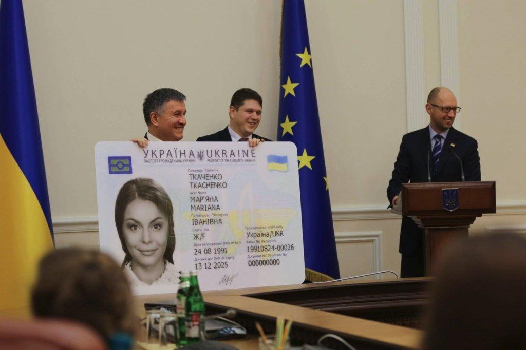 Карту на стіл: які проблеми доставляють українцям ID-паспорти