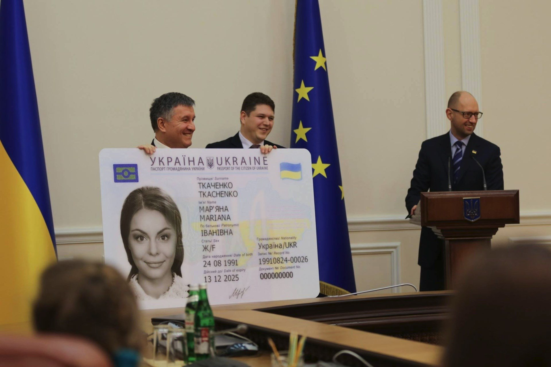 Карту на стол: какие проблемы доставляют украинцам ID-паспорта