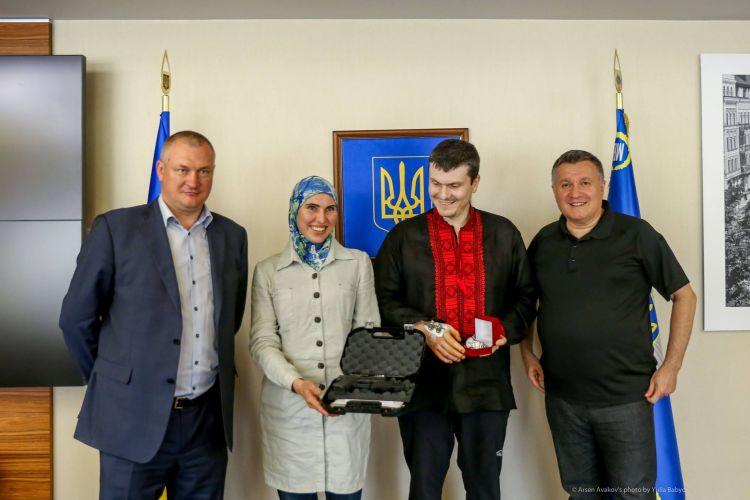 Аваков зробив подарунки «зі змістом» Осмаєву та Окуєвой