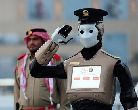 У Дубаї робот-поліцейський інспектує вулиці, оприлюднено відео