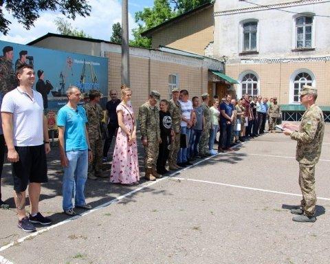 """Стрільба з пневматики й читання статутів: як готують """"піджаків"""" в Україні"""