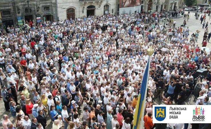 Неменее 5-ти тыс. граждан Львова собрались навече из-за сложностей смусором