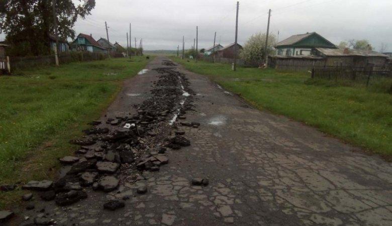 Россиянин на угнанном тракторе вспахал асфальт в родном селе