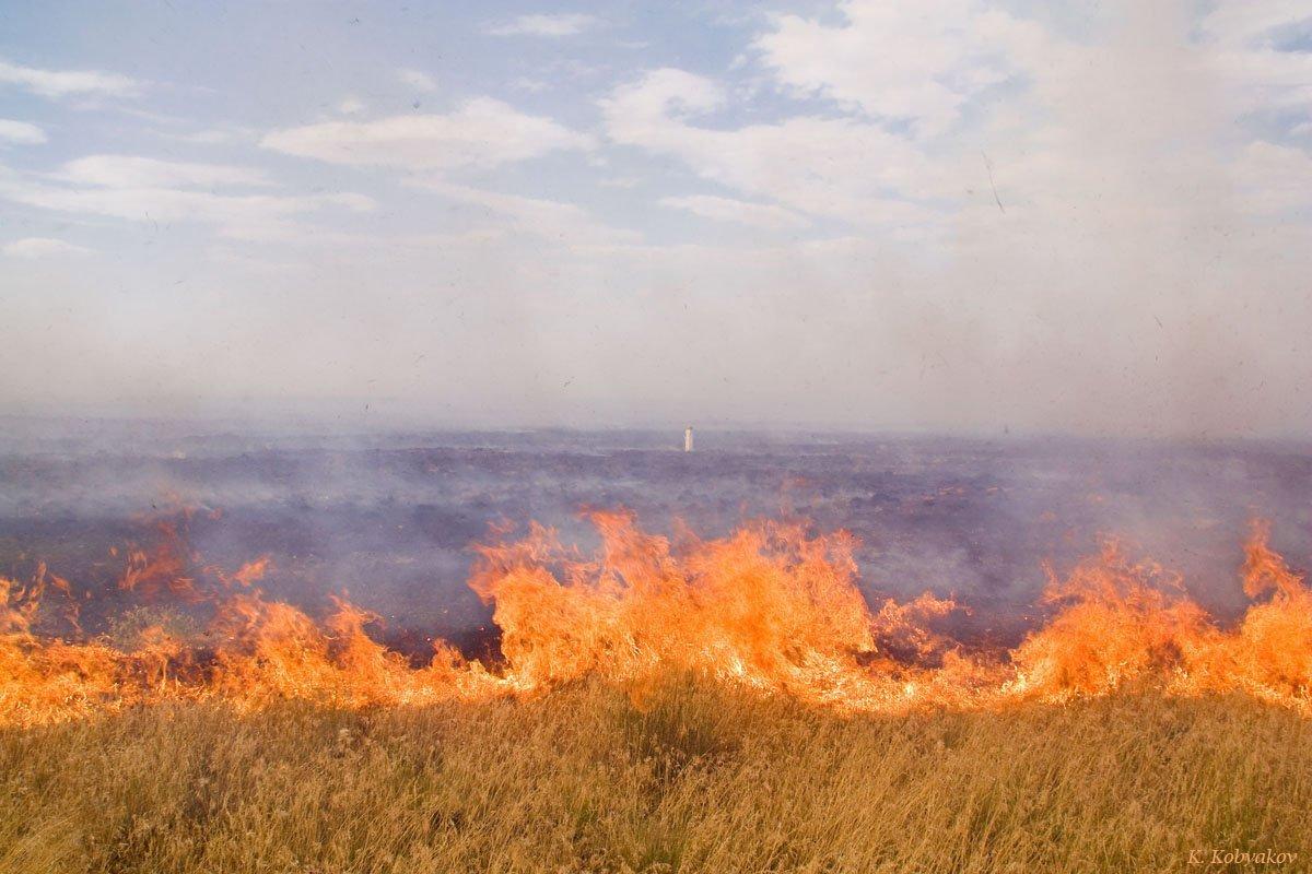 Рятувальникам досі невдалось загасити пожежу наполігоні уДніпропетровській області