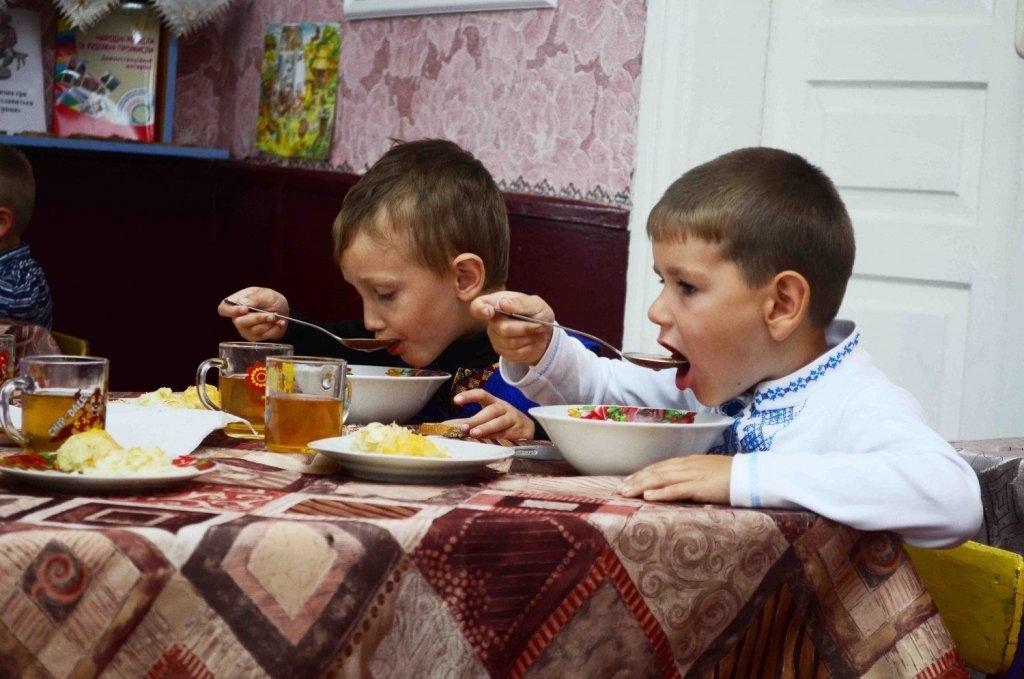 В Киеве детей в детсадах травили некачественным маслом