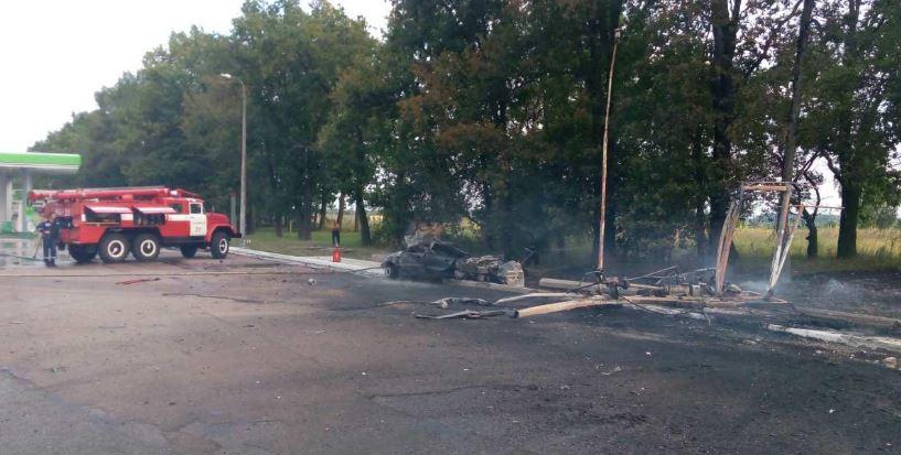 Біля Києва автомобіль врізався вАЗС, загинула одна особа