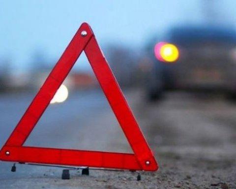 В Харькове иномарка протаранила остановку, есть фото