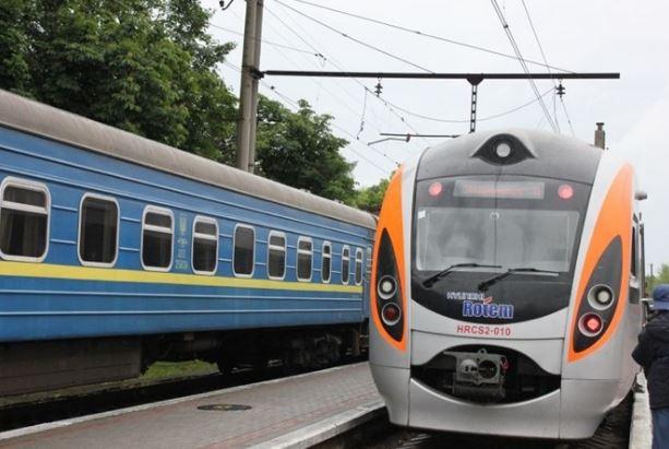 Невідомі закидали камінням потяг з пасажирами: всі подробиці