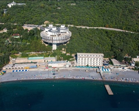 Окупанти влаштували розпродаж майна Верховної Ради у Криму