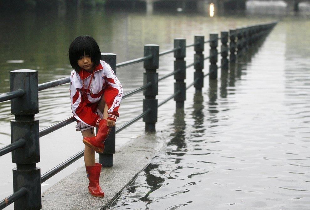 Потужні дощі зруйнували 53 тисячі будинків у Китаї