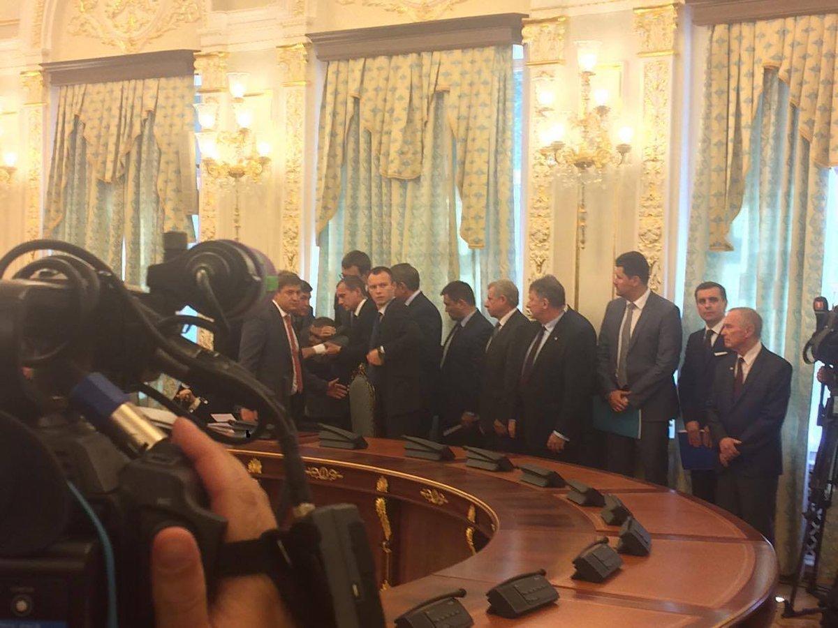 Чоловіку стало погано під час виступу Порошенка і Лукашенка вАП