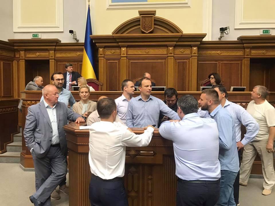 блокирование трибуны парламента