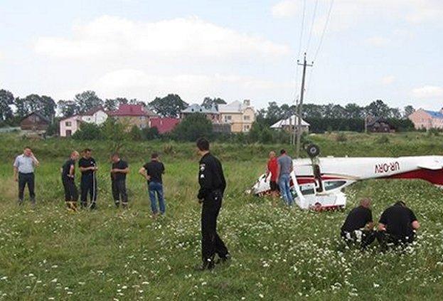 НаПрикарпатті літак здійснив аварійну посадку напасовище