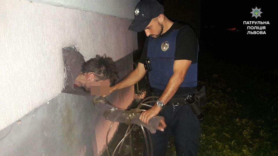 У Львові крадій застряг у вентиляції, тікаючи від поліції, є фото
