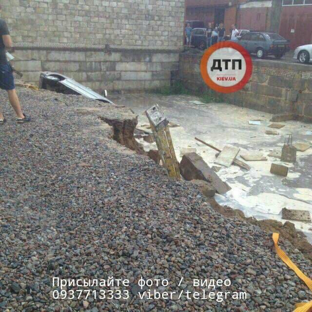 УКиєві автомобілі провалилися під асфальт через зливу, фото і відео