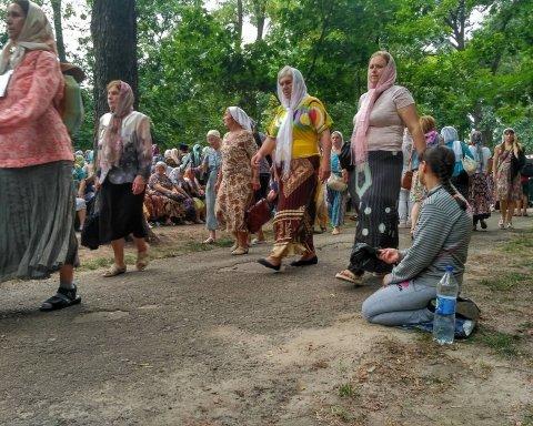 К Крестному ходу Московского патриархата в Киеве собрались сотни нищих
