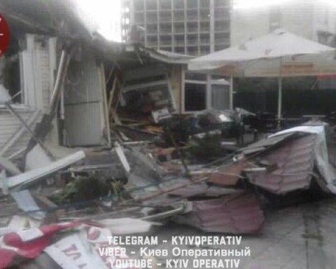 В Киеве застройщик снес фастфуд с посетителями, фото