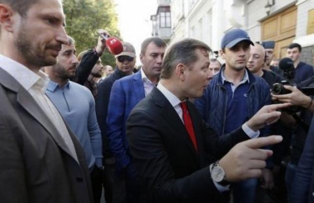 Нардепы Порошенко встретили Ляшко с петухом, на котором написали его имя