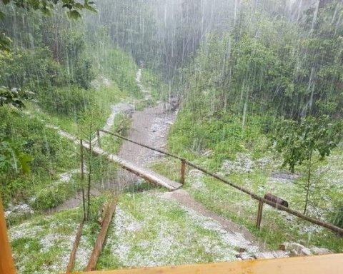 На Закарпатье посреди лета внезапно наступила зима: есть фото и видео