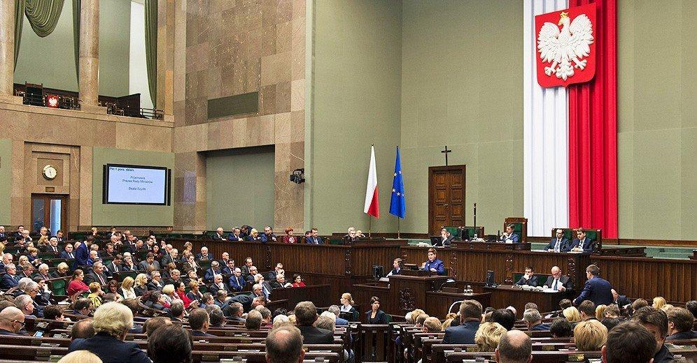 ВВаршаве несколько тыс. людей протестовало против изменения судебной системы