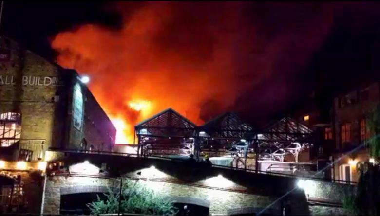 У центрі Лондона спалахнула масштабна пожежа на ринку, є фото