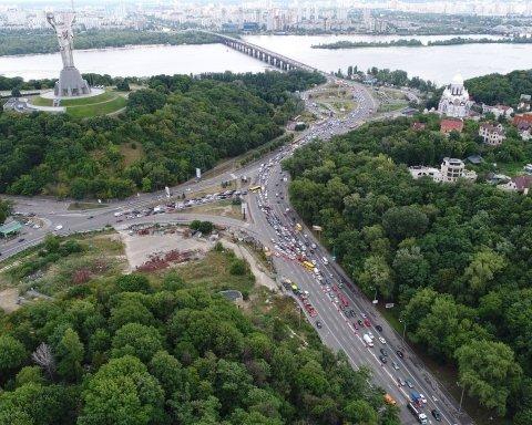 Київ стоїть: ексклюзивні фото та відео великих заторів на бульварі Дружби народів