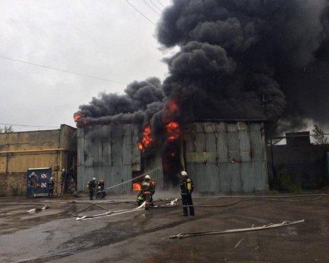 В Печерском районе Киева горела СТО, есть фото и видео