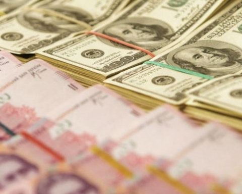 На межбанке гривна укрепилась к доллару