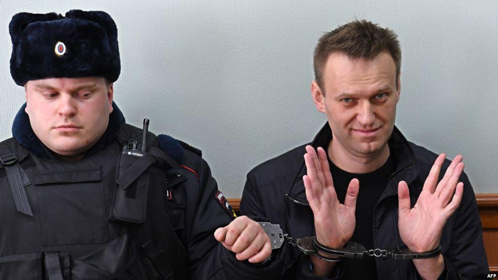 Навального отправили в тюрьму на 3,5 года: суд принял решение