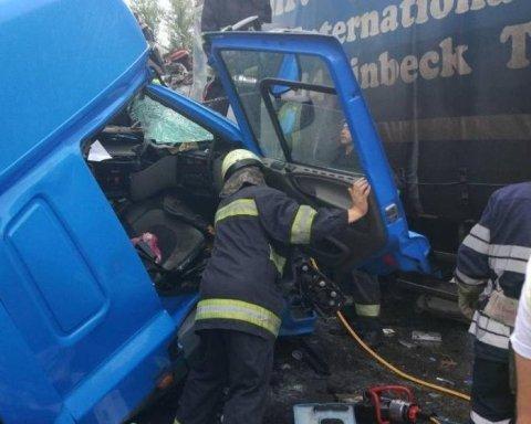 Столичные спасатели деблокировали после ДТП водителей двух грузовиков, обнародованы фото