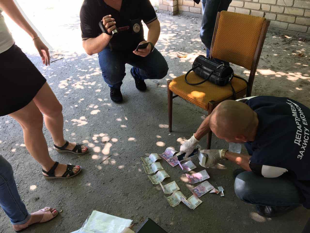 На Херсонщині на отриманні хабара затримали спеціаліста райвоєнкомата: неправомірну вигоду вона отримувала не вперше