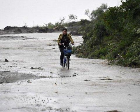 Размытые дороги, затопленные дома: Приморье РФ накрыла непогода, фото и видео