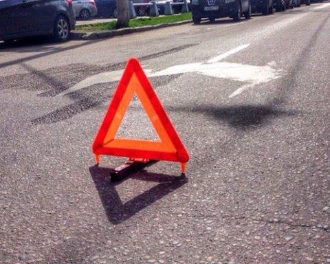 В Киеве авто влетело в прицеп: четыре человека пострадали