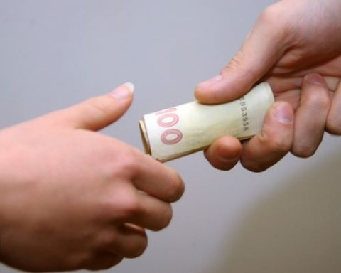СБУ задержало двух госслужащих при получении взятки в 125 тысяч гривен