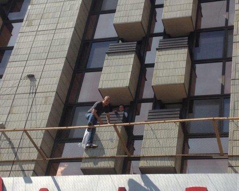 Появились новые подробности спецоперации по спасению самоубийцы из гостиницы «Крещатик», есть фото