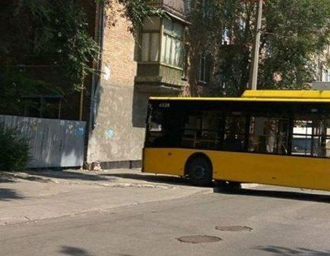 Київський тролейбус пішов на таран житлового будинку, є фото