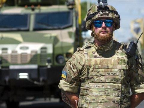 В центр Киева стянули десятки единиц новой военной техники, видео