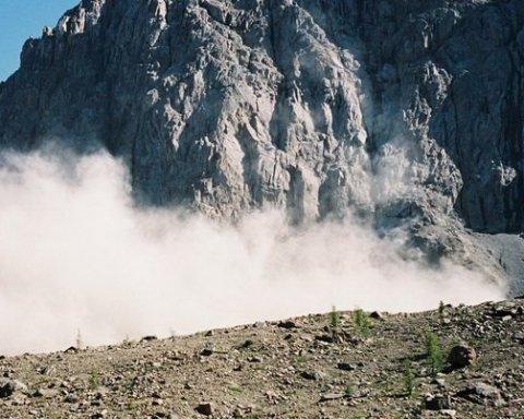 Українці потрапили під каменепад в російських горах