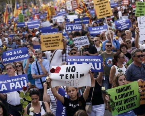 Я не боюсь: в Барселоне сотни тысяч людей ответили террористам