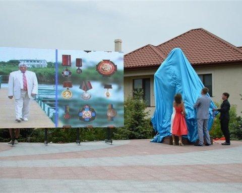 """На Одещині відкрили пам'ятник засновнику ринку """"7 кілометр"""", є фото"""