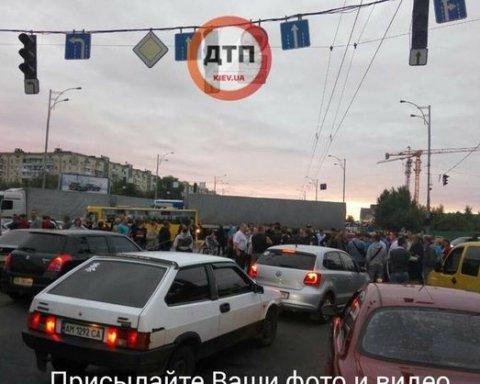 В Киеве протестующие перекрыли дорогу возле станции метро «Лесная», видео