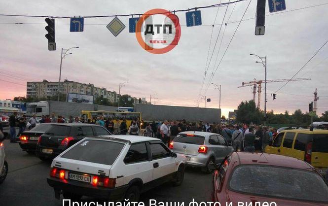 """Протестувальники перекрили дорогу поблизу станції метро """"Лісова"""", є відео"""