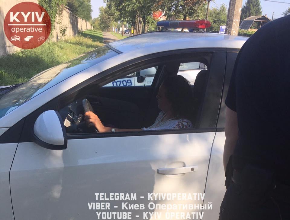 В Києві поліцейські затримали нетверезу жінку, яка погрожувала Верховним Судом, є відео