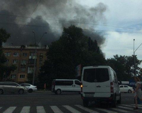 У Києві палає популярний ресторан, є фото