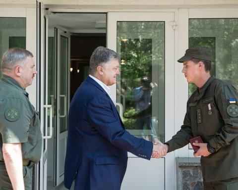 Порошенко наградил военного, который спас женщину во время взрыва в Киеве